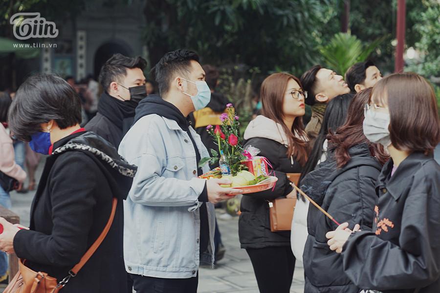 Đến chùa Hà không chỉ có bạn gái mà có cả những bạn nam cũng thành tâm đi lễ.