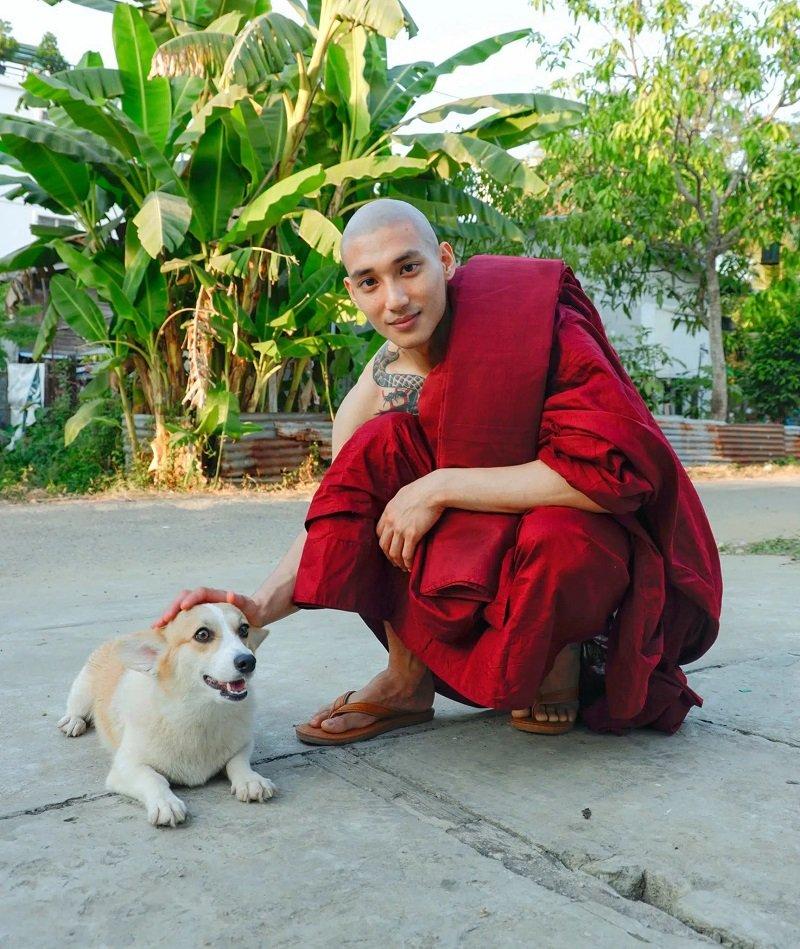 Hình ảnh người mẫu nam đến từ Myanmar - Paing Takhon mặc áo tu, từ bỏ mái tóc dài lãng tử khiến nhiều người xao xuyến.