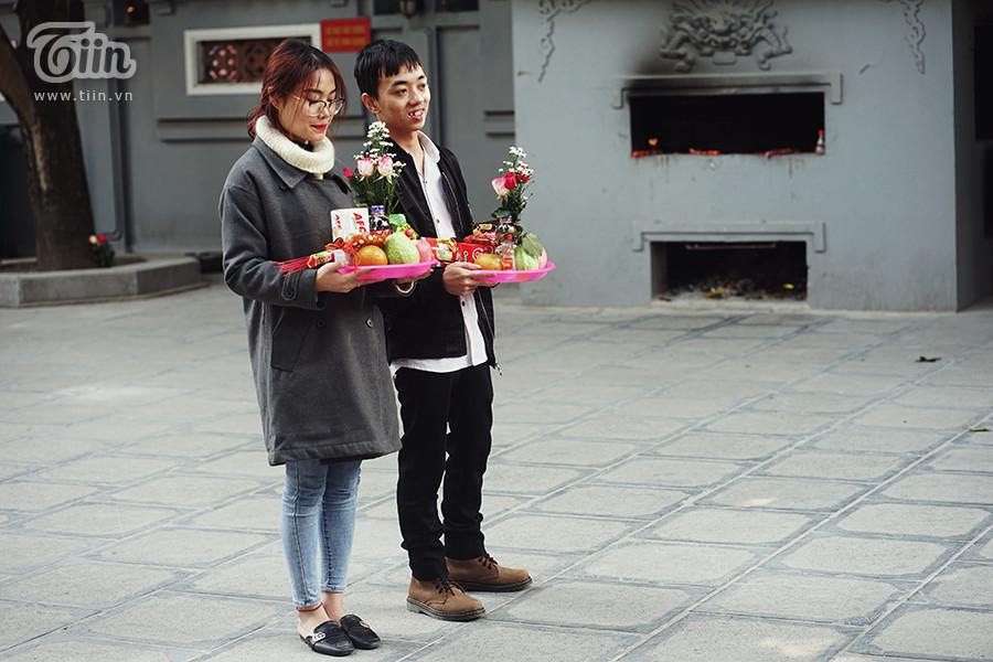 Các đôi yêu nhau cũng đến chùa Hà với mong muốn tình duyên được bền chặt.